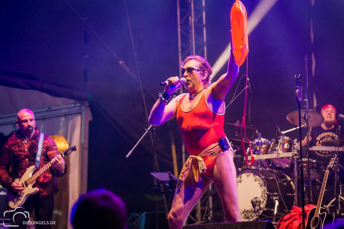 Sänger Boerney im Baywatch Badeanzug bei einem Stadtfest