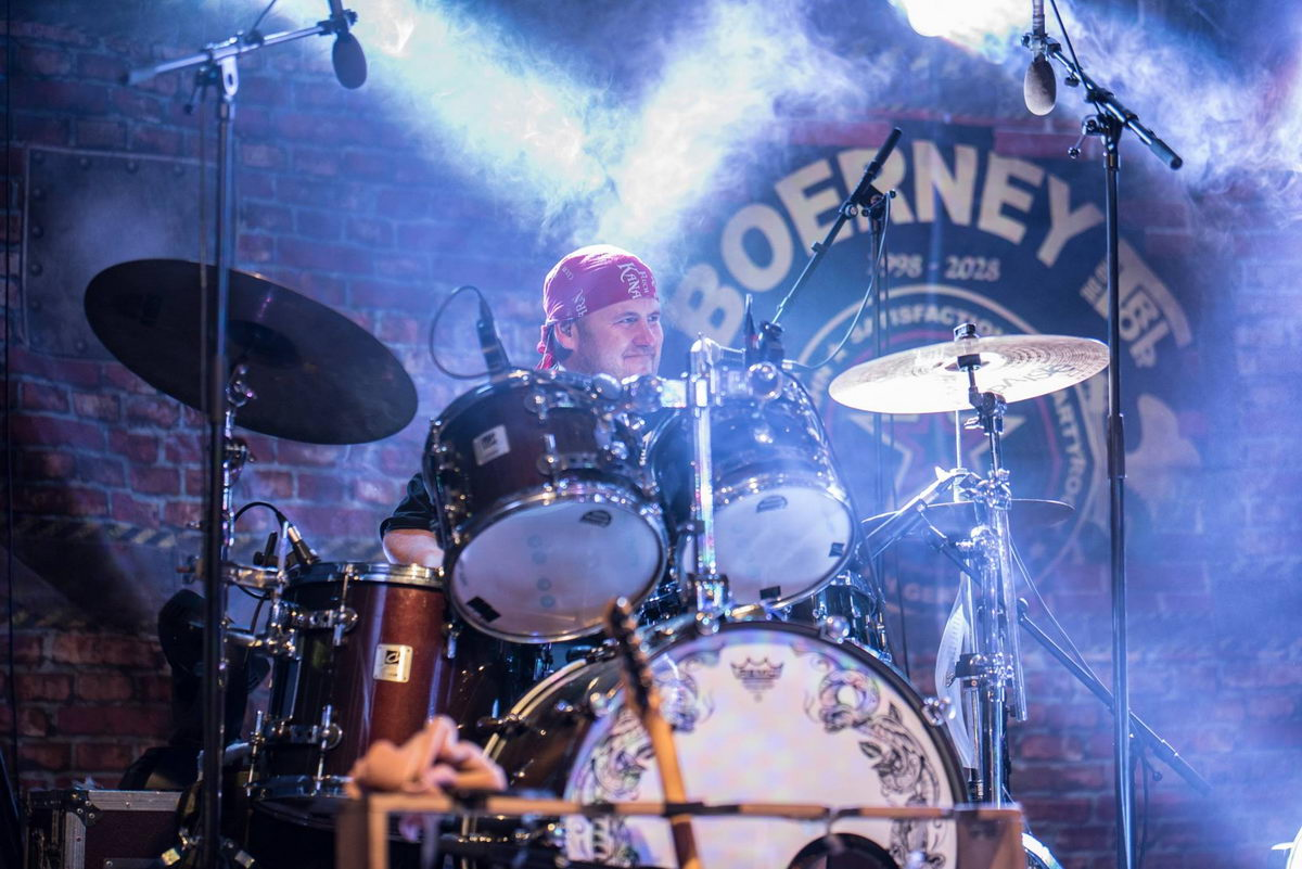Schlagzeuger im Bühnen-Nebellicht bei einem Zeltfest