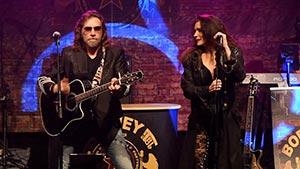 Boerney mit Sängerin in der Mitte der Bühne bei einer Firmenfeier
