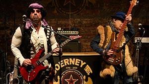 Gitarrist und Bassist in der Mitte der Bühne bei einem Stadtfest