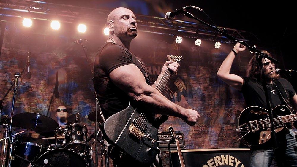 Gitarrist Ron Matz im weissem Scheinwerferlicht
