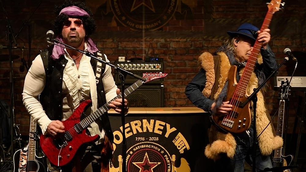 Gitarrist Ron Matz und Bassist nebeneinander auf der Bühne während eines Betriebsfestes
