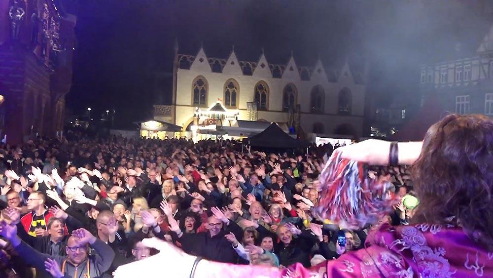 Blick von der Bühne aus über ganz viel Publikum in Goslar beim Stadtfest