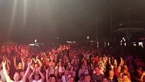 Blick in das Publikum von der Bühne aus während eines Stadtfestes in Hamburg