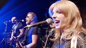 Band von der Seite im blauem Bühnenlicht