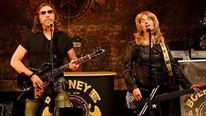 Frontmann Boerney mit Sängerin auf Bühne