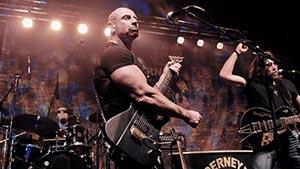 Gitarrist im weissem Bühnenlicht auf einer Firmenfeier