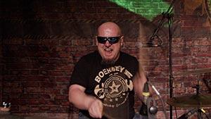 Schlagzeuger beim Drumsolo. Betriebsfest in Berlin