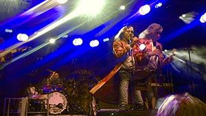 Sänger Boerney im weiss blauem Bühnenlich während eines Betriebsfestes