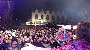 Blick über die Schulter des Sängers auf das Publikum bei einem Stadtfest in Goslar
